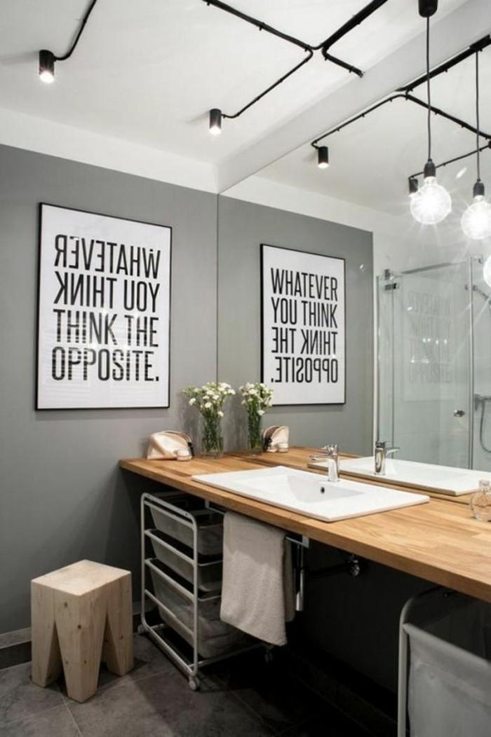 Sala da bagno, abbinamento colori pareti grigie, quadro con lettere e cornice nera