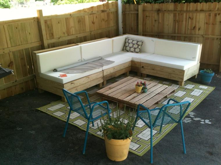 outdoor arredato con dei mobili in palle, un divano angolare e un tavolino da caffè