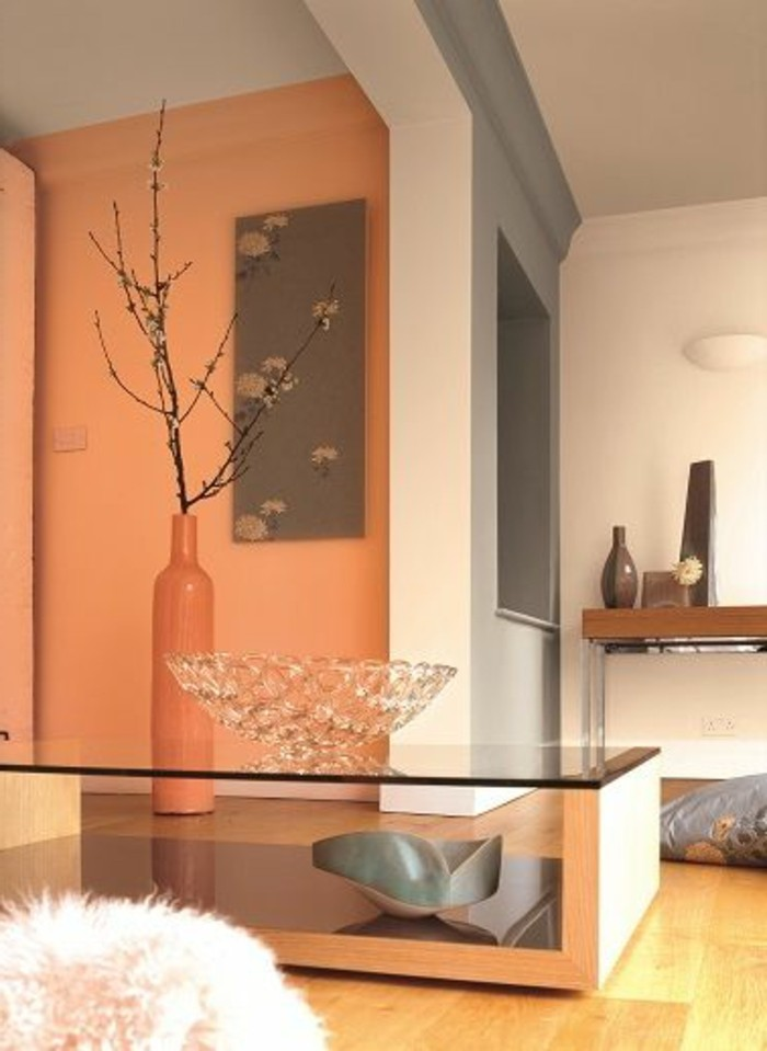 Color tortora da abbinare, grigio e arancione abbinato, arredamento con tavolino in vetro