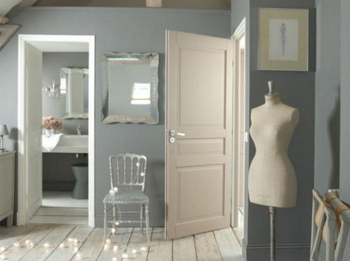 Idea colori da abbinare al grigio, bianco e beige, decorazioni da parete, specchio e sedia color argento