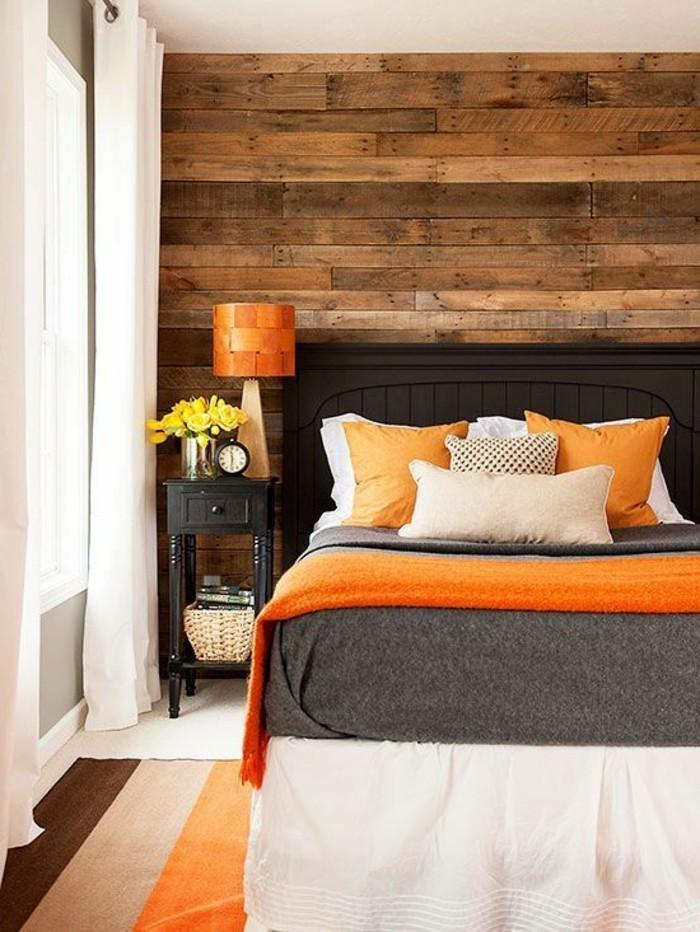 Idea colori da abbinare al grigio, coperta arancione, parete dietro il letto in legno