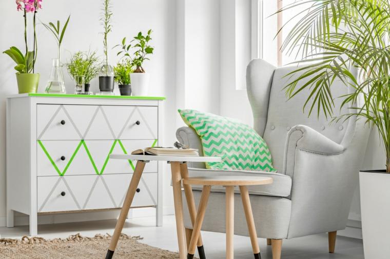 Soggiorno con poltrona e mobile di legno, idee arredo casa, due tavolini dalla forma rotonda