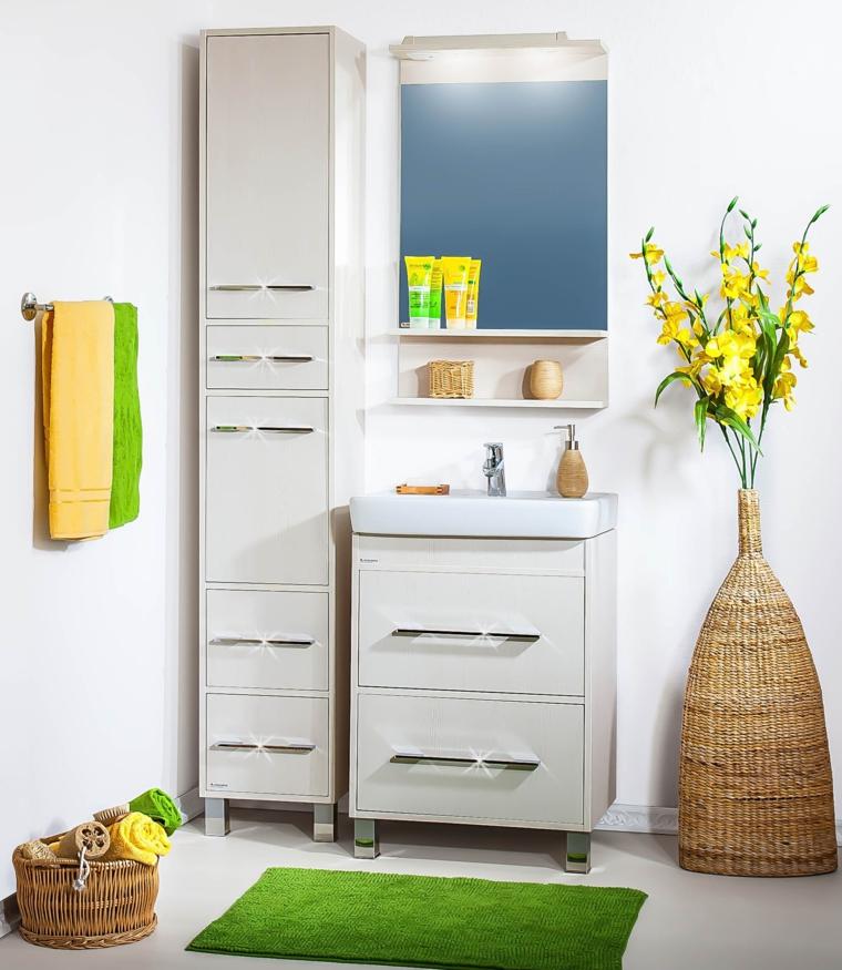 Idee rivestimenti bagno, mobile con lavandino, armadio alto con scaffali, decorazione con un vaso, specchio con mensole
