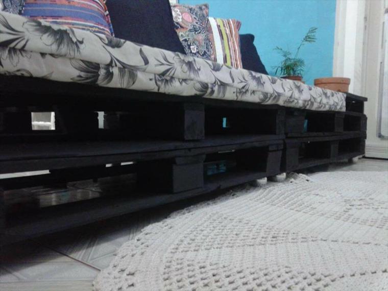 primo piano di un arredamento con bancali, un divano realizzato fai da te