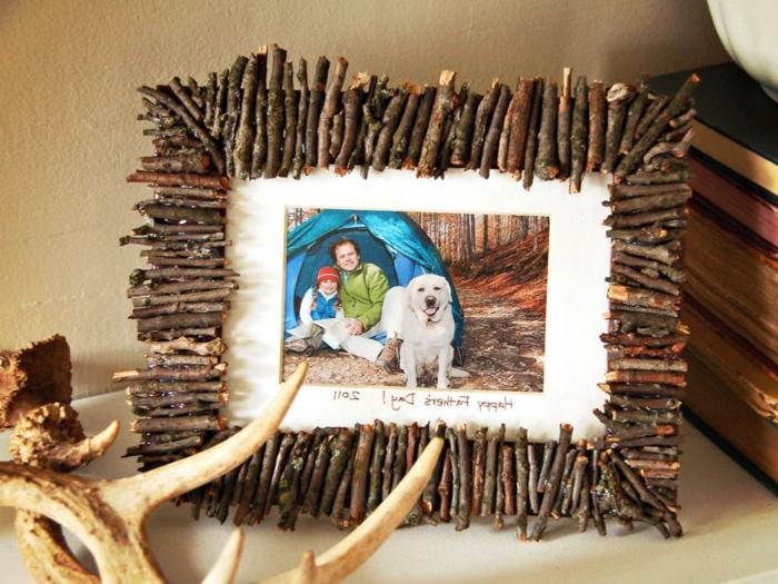 Idea regalo per la festa del papà, foto di un campeggio con cornice fai da te in legno