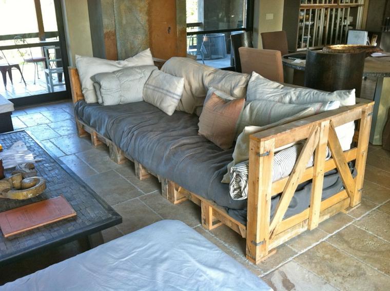 fai da te idea per realizzare un divano pallet lineare per il soggiorno con cuscini per lo schienale