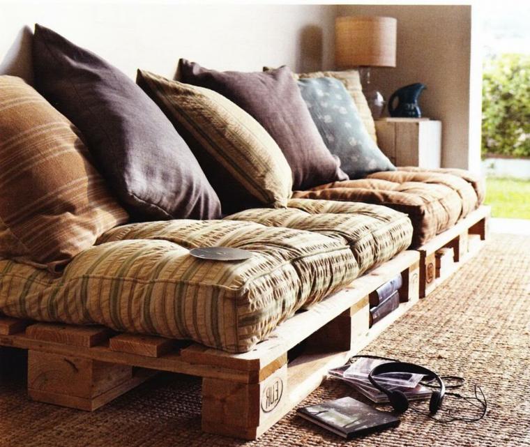fai da te idea per realizzare un divano pallet lineare con tanti cuscini come schienale