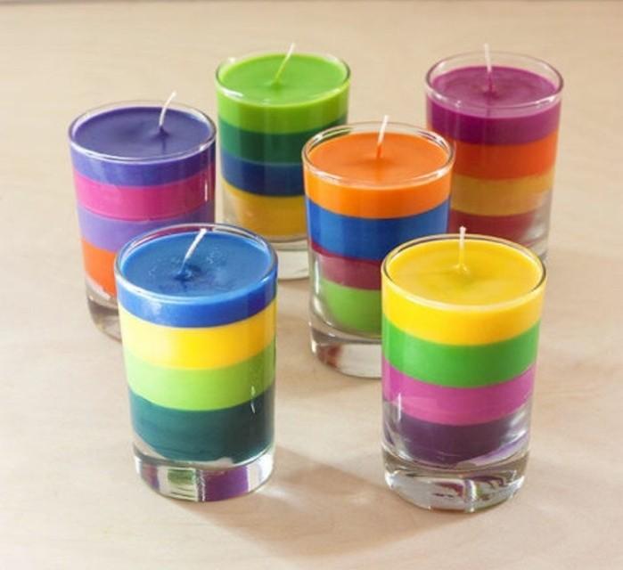 Regalini fai da te, candele in bicchieri di vetro a strati multicolore