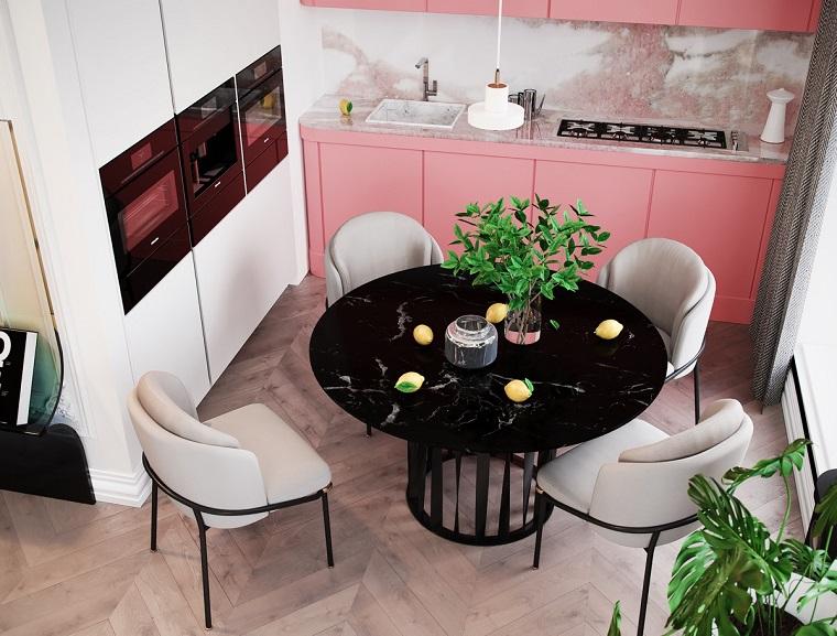 Case moderne interni, cucina di colore rosa e bianco, pavimento in legno parquet