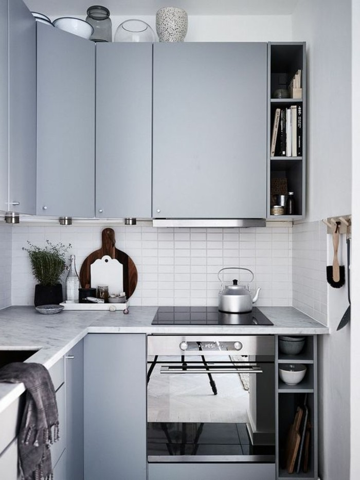 Arredamento cucina stile moderno, color tortora abbinamenti, faretti led sotto i scaffali alti