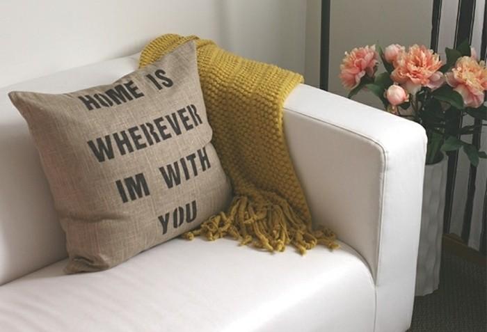 Immagini regali, cuscino decorato con scritta per la festa degli innamorati, decorazione con un vaso e fiori