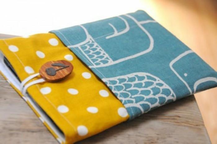 Regali fatti a mano, custodia in tessuto colorato per il tablet, decorazione con un bottone di legno