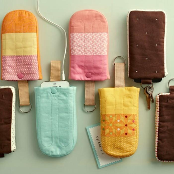 Idee fai da te, custodie per telefono a forma di gelato in tessuto colorato, aggiunta di portachiavi
