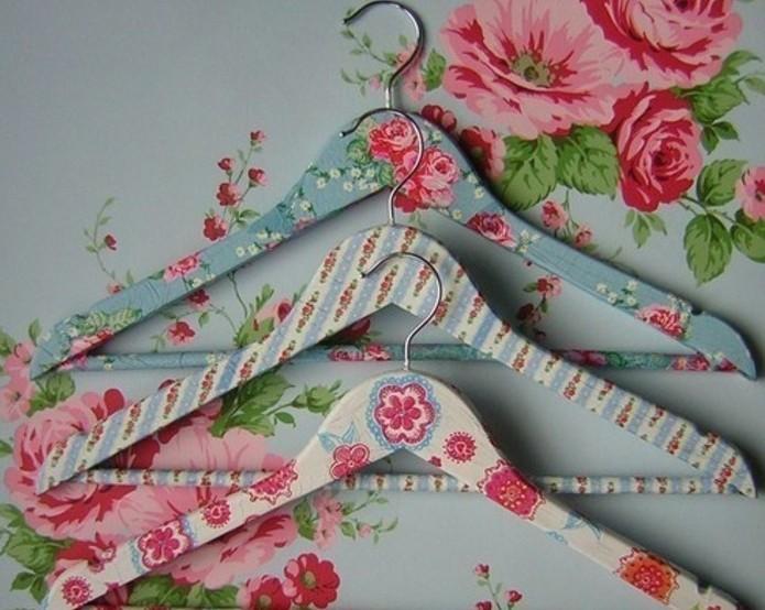 Decorare gli appendiabiti con découpage di fiori, idea decorazione vintage, oggetti fai da te semplici