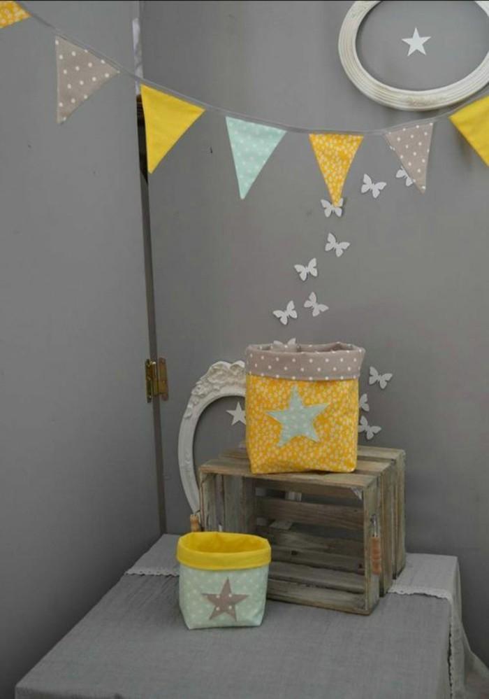Colori pareti grigie cameretta, decorazioni da parete ghirlanda gialla, stelle e farfalle