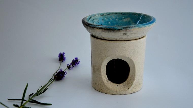 Idea diffusore di essenze vegetali, fiore viola, bacinella blu e corpo fai da te con buco