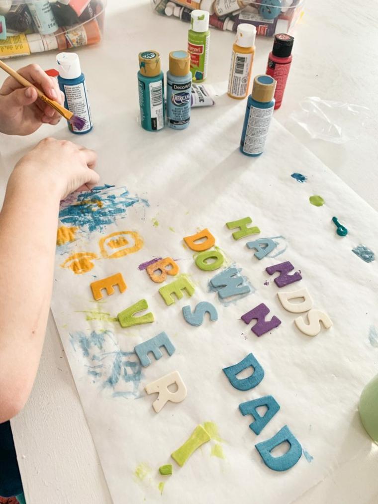 dipingere lettere di legno con colori acrilici lavoretti per il papà facili