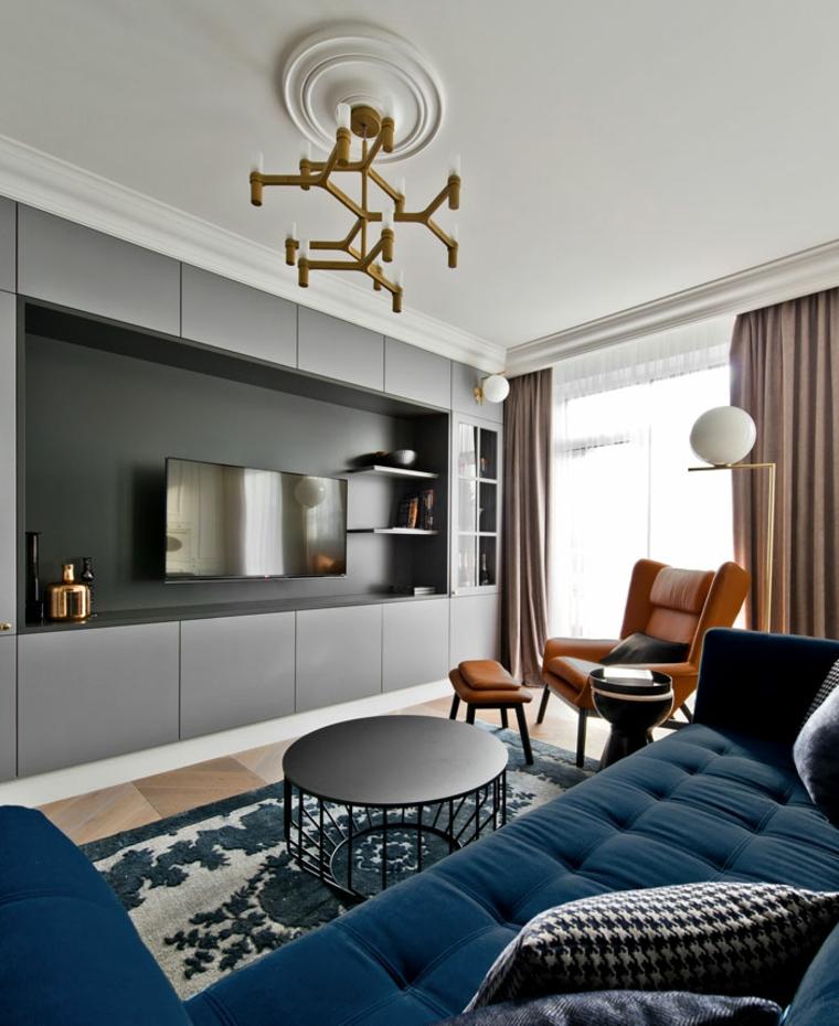 Idee per arredare casa, arredamento soggiorno con un divano blu e poltrona in pelle marrone