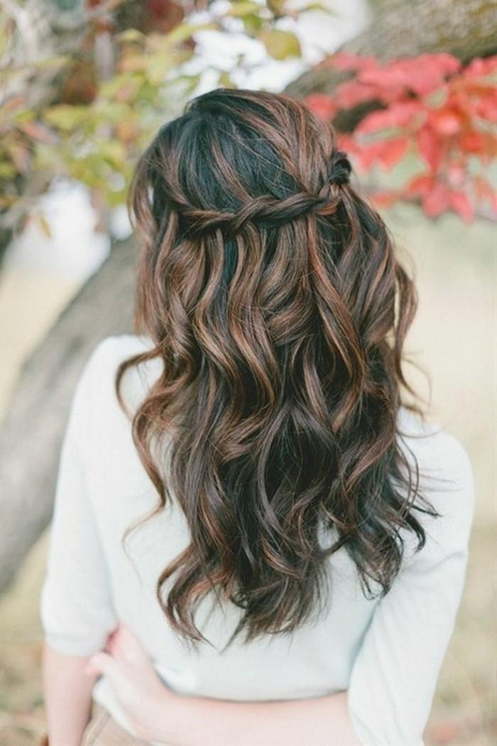 un esempio di capelli scuri con balayage e una piega alla moda con una treccia