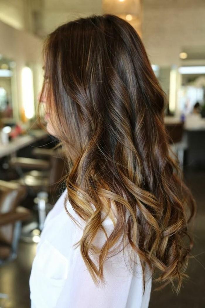 un esempio di capelli scuri con balayage con una piega ondulata morbida