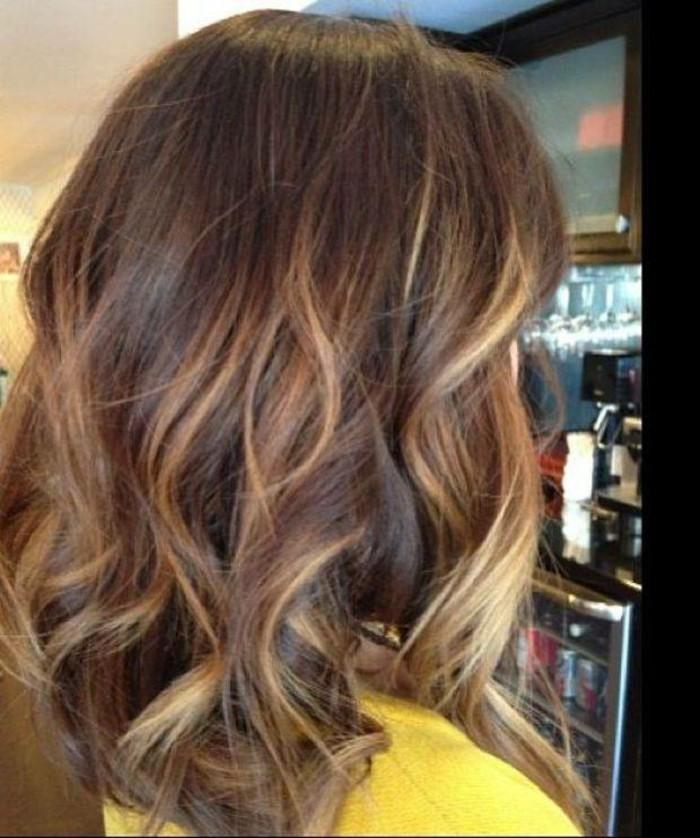 un'idea per realizzare dei balayage color miele su capelli castani di media lungheza