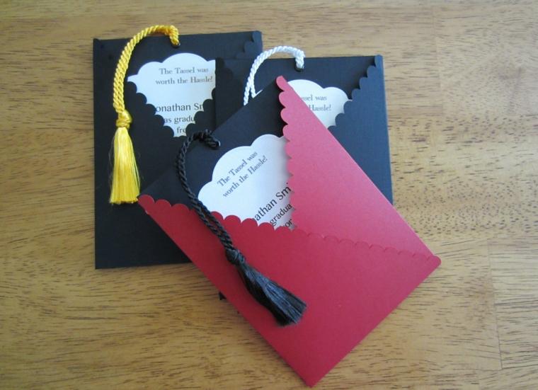 idea per realizzare degli inviti ad una festa di compleanno con cartoncini e cordini colorati