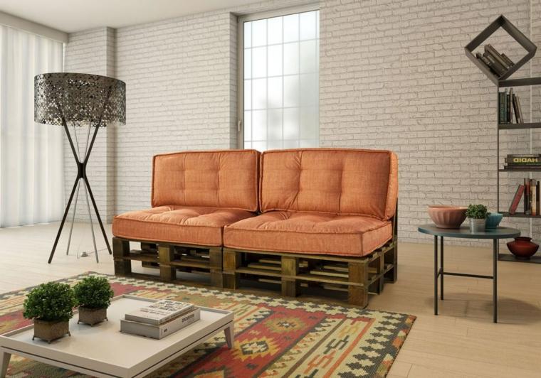 soggiorno con dei mobili con pallet, un divano lineare con due cuscini color aragosta
