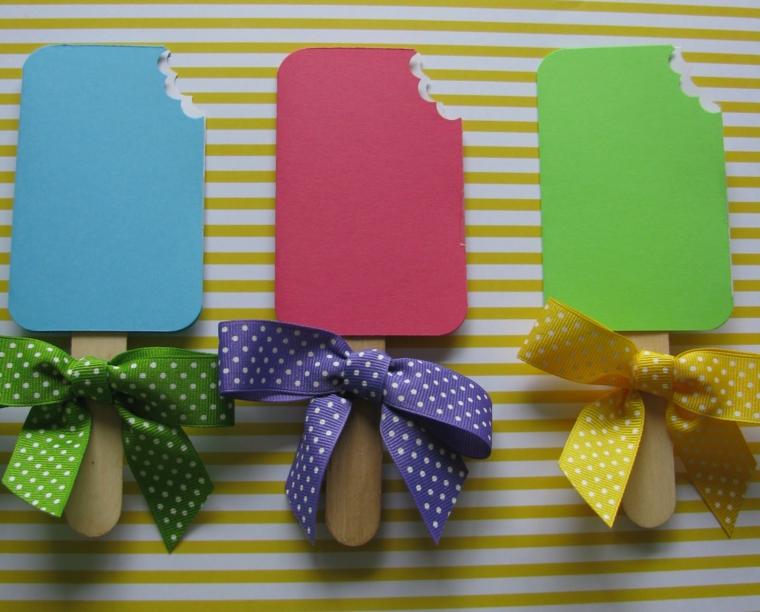 colorati ghiaccioli con fiocchi come idea fai da te per degli inviti di compleanno bimbi