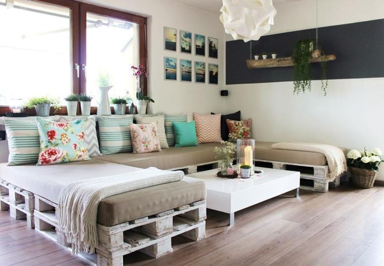 soggiorno luminoso con pavimento in parquet e un arredamento con bancali: divano a u e tavolo