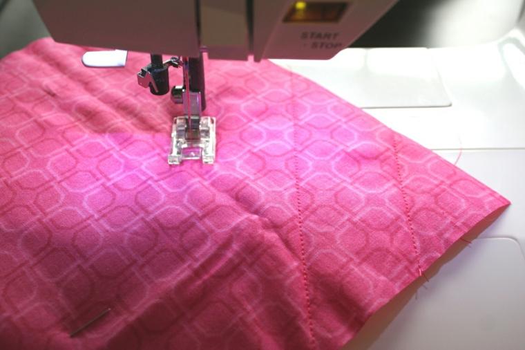 passaggio per creare degli inviti festa compleanno bambini con la stoffa: cucire delle diagonali
