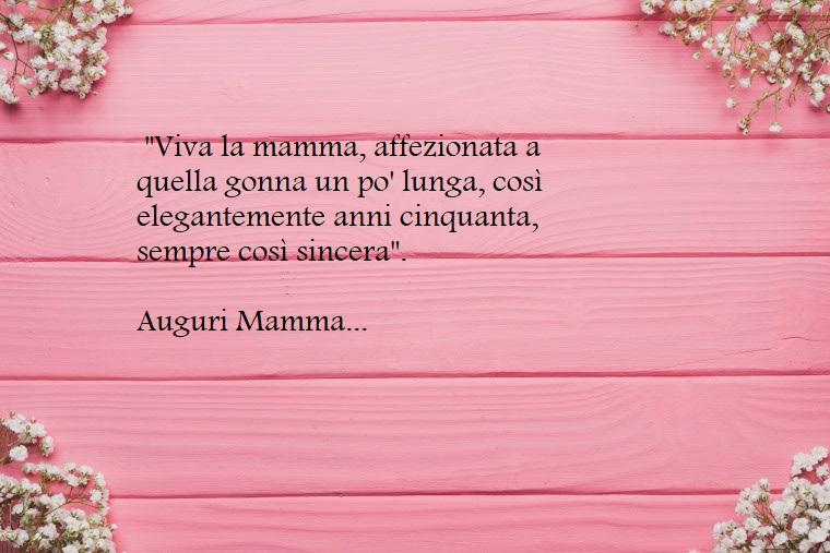 Sfondo immagine legno dipinto di rosa e fiori bianchi, dedica e scritta per la mamma