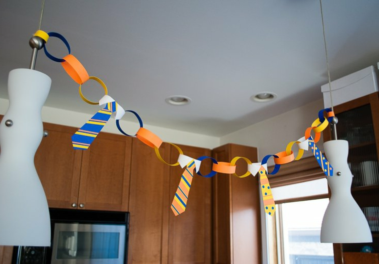 un'idea realizzata con dei cerchi e delle cravatte di carta da appendere: idee festa del papà