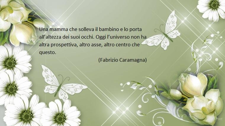 Festa della mamma frasi, sfondo grigio con fiori bianchi, dedica carina di Fabrizio Caramagna