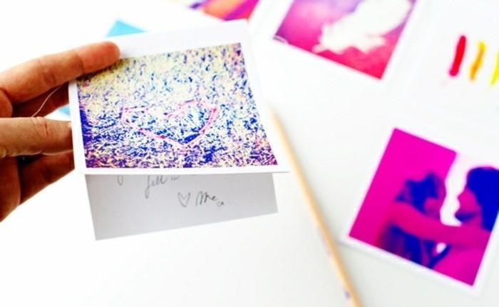 Oggetti fai da te semplici, cartoline regalo con fotografia, piegata in due e dedica all'interno