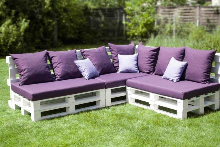 outdoor arredato con dei divani con pedante dipinte di bianco e cuscini viola