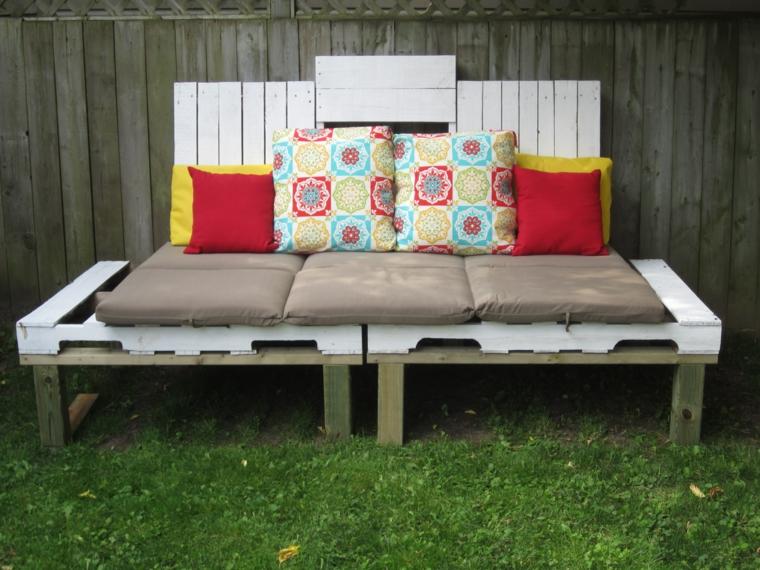 esterno con delle panchine con bancali completi di cuscini tortora, rossi e gialli