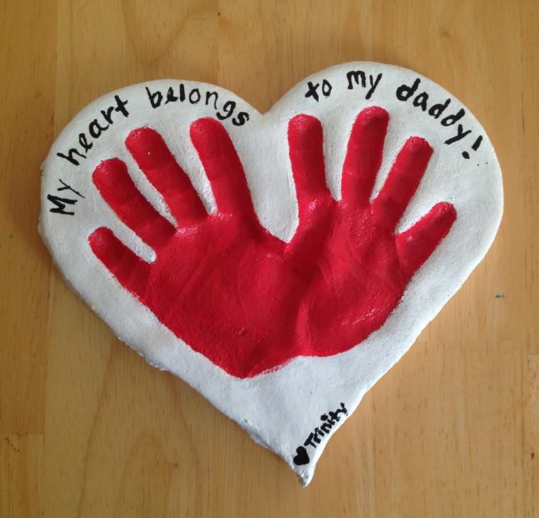 una proposta di lavoretti per il papà a forma di grande cuore con le impronte delle mani