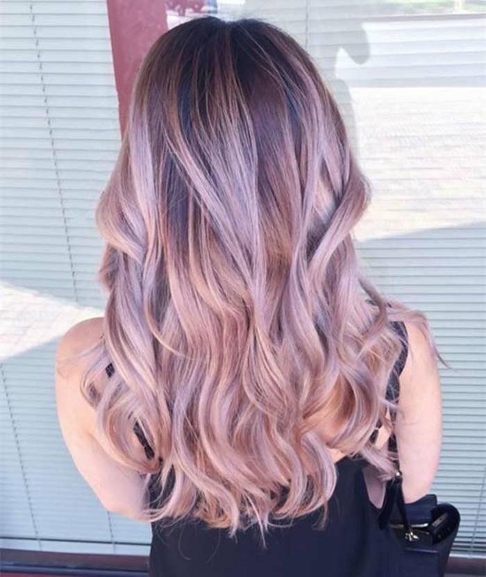 una proposta di balayage capelli castani con delle nuance color miele e piega ondulata