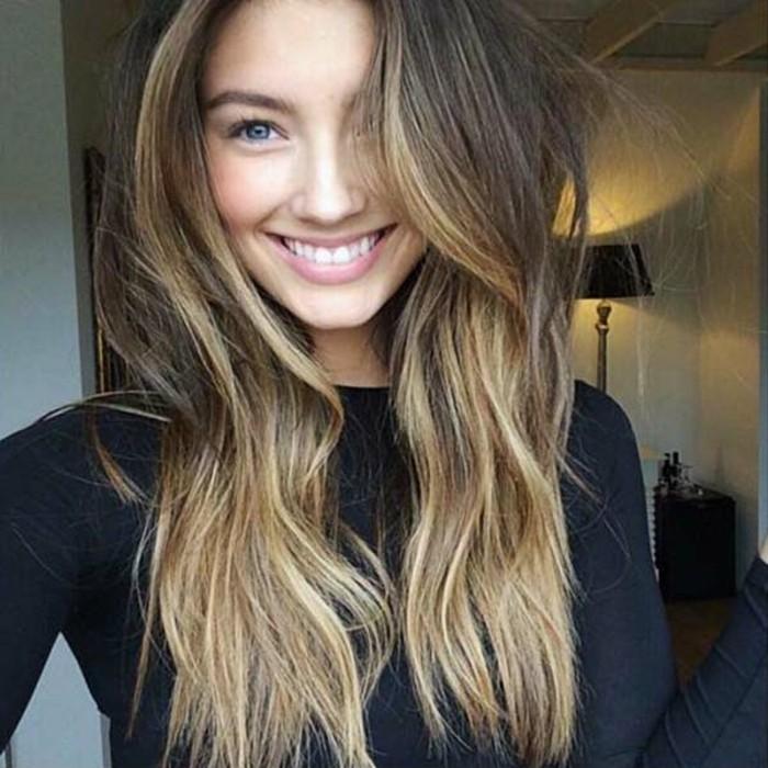 un'idea di balayage su capelli castani lunghi di una ragazza con gli occhi azzurri