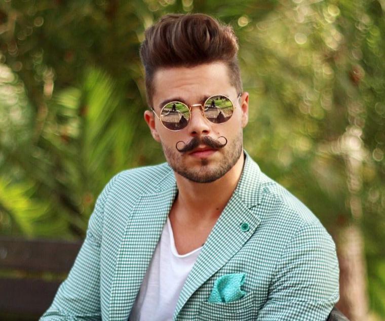 Capelli rasati uomo, rasatura ai lati e pompadour in alto, occhiali da sole e moustache vintage