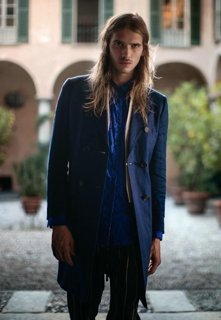 Idea tagli maschili lunghi, capelli uomo colore biondo, abbigliamento casual con giacca lunga