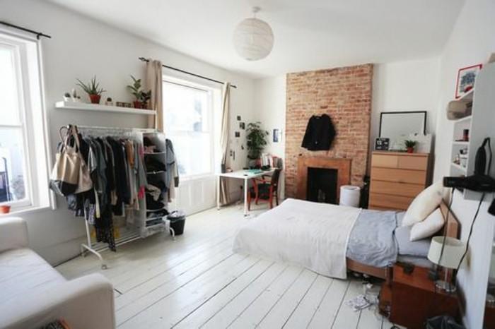 alcune idee salvaspazio casa: un guardaroba a vista, un divano e delle grandi finestre