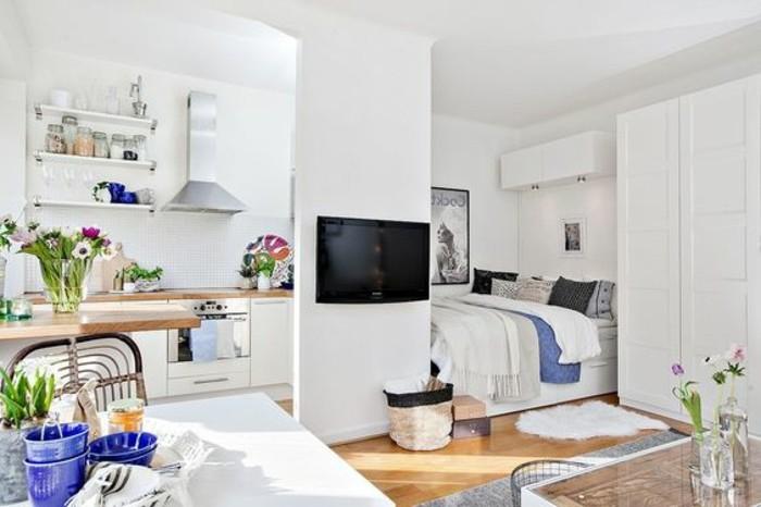una proposta per arredare case piccolissime open space mobili e pareti bianche, pavimento in parquet