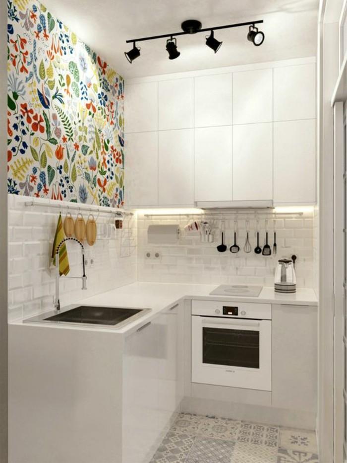 alcune idee piccola casa, con la cucina angolare bianca e parte della parete con delle piastrelle colorate