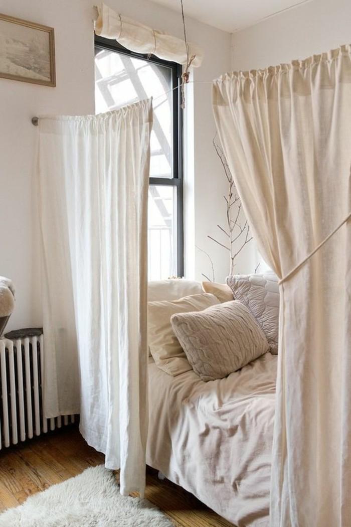 una proposta per arredare spazi piccoli, una tenda bianca che divide la zona notte