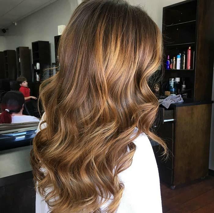 un esempio di balayage capelli castani lunghi e con delle morbide onde