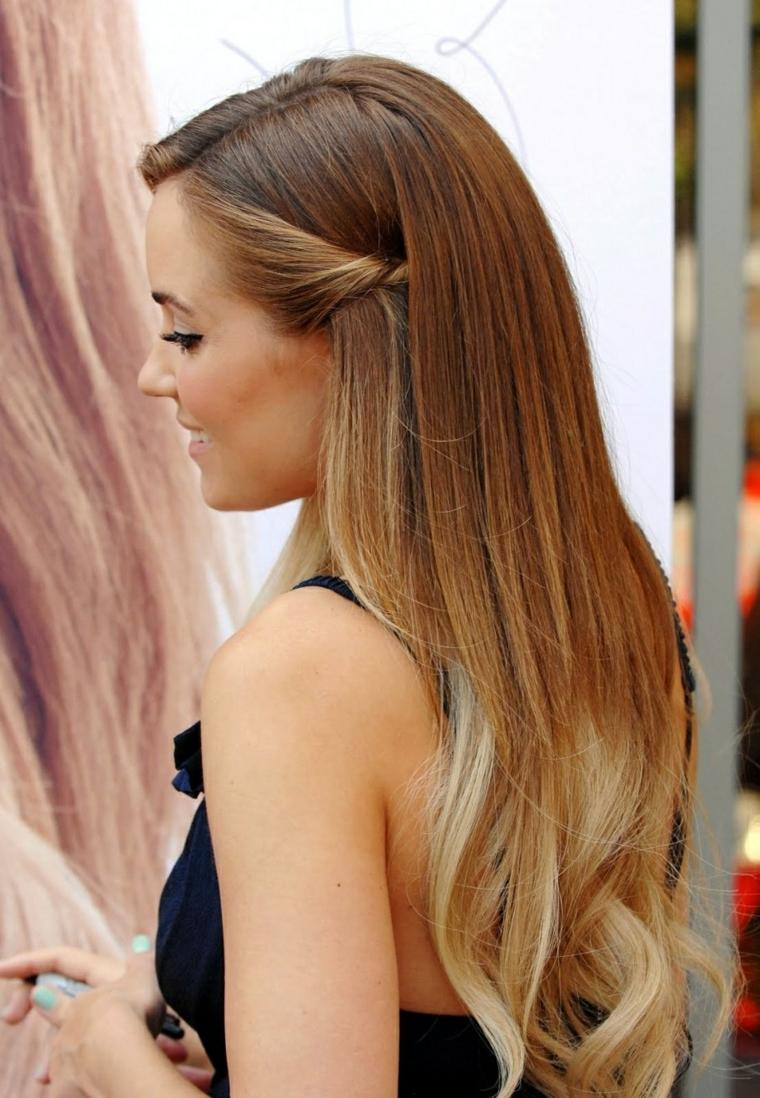 una ragazza con i capelli nocciola schiariti sulle punte, acconciatura liscia con un ciuffo ai lati raccolto