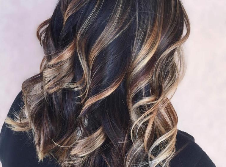 balayage miele su capelli di colore castano scuro, piega leggermente ondulata