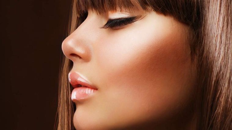 idea per colore capelli nocciola lisci con la frangia, matita nera e lip gloss color nude
