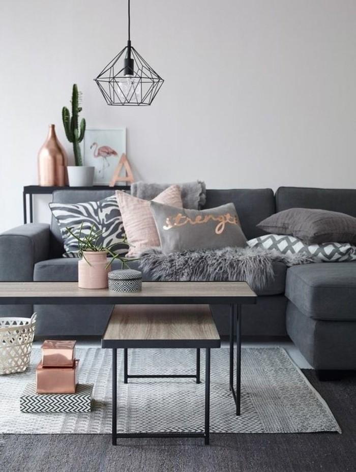 Idea tortora colore per le pareti, abbinamento accessori in rosa, lampadario sospensione in metallo